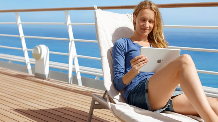 Die Nutzung von Tablet und Smartphone ist heute fast problemlos möglich. Wir zeigen euch wie ihr auf Kreuzfahrt in das Internet kommt. Foto: AIDA Cruises