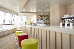 Einen Drink in der Poolbar genießen. Foto: AIDA Cruises