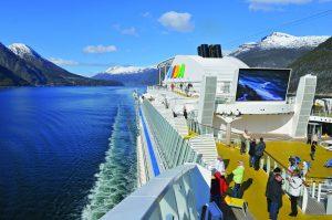 Blick über das Deck in Richtung Norwegen. Foto: AIDA Cruises