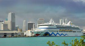 Die AIDAvita vor der Skyline von Miami. Foto: AIDA Cruises