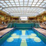 Der Swimmingpool mit ausfahrbaren Glasdach. Foto: Costa Crociere