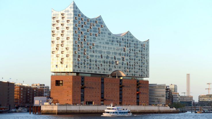 hamburgs neue elbphilharmonie wurde auf einem alten backsteinspeicher. Black Bedroom Furniture Sets. Home Design Ideas