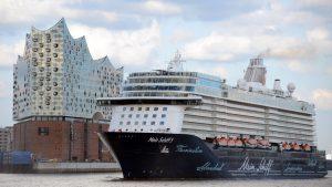 Die Mein Schiff 5 wirkt breiter. Foto: lenthe/touristik-foto.de