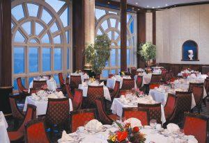Vom Hauptrestaurant seht ihr den Ozean. Foto: Norwegian Cruise Line