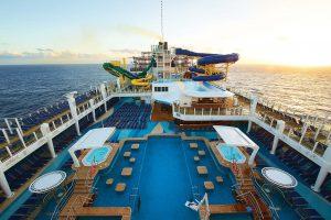 Der Aqua Parkt mit dem Haupt-Pool. Foto: Norwegian Cruise Line