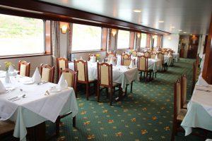 Das Restaurant an Bord ermöglicht euch auch beste Aussicht. Foto: 1AVista Reisen