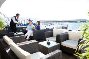 Die Hansa Bar ist im Außenbereich ein beliebter Treffpunkt. Foto: Transocean Kreuzfahrten