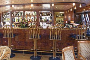 Die Bar im Panorama Salon. Foto: Transocean Kreuzfahrten