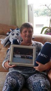 Beim Gewinnspiel gewonnen: Gisela S. freut sich über ihren Gewinn. Sie ist ein großer MSC-Fan. Foto: Privat