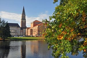 Im Rathaus findet ihr die berühmten Paternoster. Foto: Kiel-Marketing/K.Steigueber