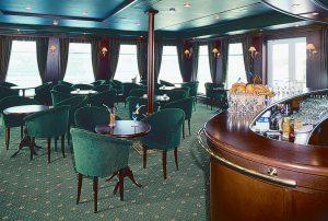 Die Bar an Bord der MS Watutin. Foto: 1AVista Reisen