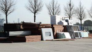 Auf dem Parkplatz werden wiedernutzbare Teile säuberlich gestapelt. Foto: lenthe/touristik-foto.de