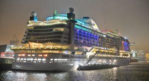 Hellbeleuchtet die AIDAprima zu später Stunde im Hamburger Hafen, während sie betankt wird. Foto: lenthe/touristik-foto.de