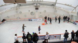 Blick auf die Eisbahn auf dem Sportsdeck der AIDAprima Foto: lenthe/touristik-foto.de