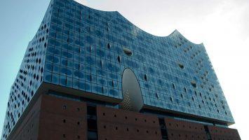 Die Elbphilharmonie kann jetzt bestiegen werden, auf der Aussichtsplattform könnt ihr den Hafen wunderbar überblicken. Foto: bergeest