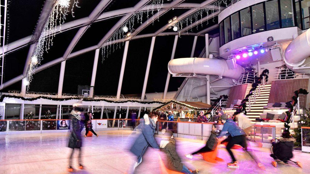 Heiligabend läuft die Aida Prima zur Metropolentour aus dem Hamburger Hafen aus. Auf der Eislaufbahn wird das Weihnachtsfest sportlich begangen. Foto: AIDA Cruises