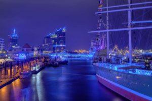 Wieder werden viele Objekte im Hafen in blaues Licht gehüllt. Foto: Hamburg Cruise Days