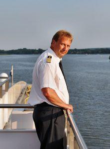 Kapitän und Schiffseigentümer Peter Grunewald an Bord der MS Sans Souci. Foto: PLANTOURS Kreuzfahrten