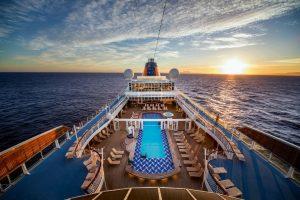 Das große Pooldeck auf der MS Europa. Foto: Hapag Lloyd Cruises