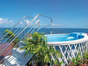 Der Pool an Deck bietet schönste Aussicht. Foto: plantours & Partner GmbH