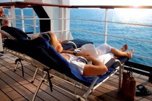 Genießt den Blick auf der MS Berlin. Foto: FTI Cruises