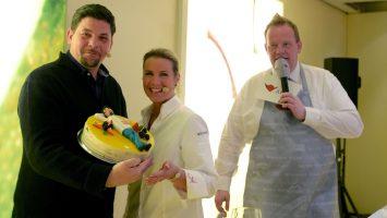 Von Konditorin Andrea Schirmaier-Huber gab es zum Geburtstag eine Torte für Tim Mälzer. Foto: lenthe/touristik-foto.de