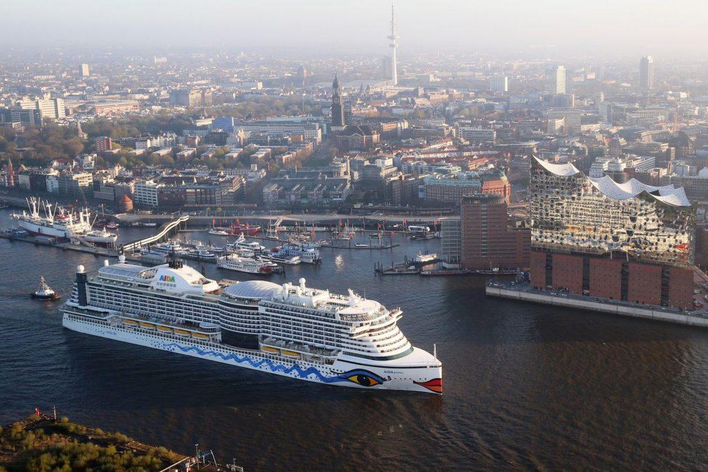 Zwei Ikonen am Wasser - AIDAprima und Elbphilharmonie Hamburg. Foto: AIDA Cruises