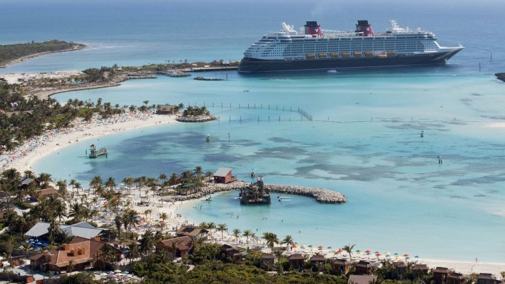 Die Disney Dream liegt an Castaway Cay. Foto: Disney Cruise Line/David Roark