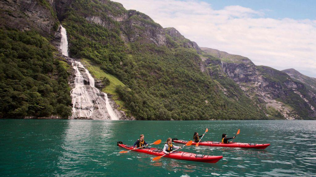 Die wohl schönste Aktivität am Geirangerfjord ist das paddeln, oder doch lieber den Ausblick genießen?. Foto: Disney Cruise Line/Jimmy DeFlippo