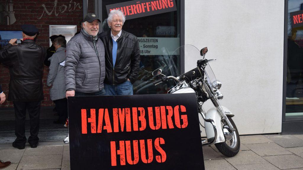 Jasper Vogt und Carlo von Tiedemann vor dem Hamburg Huus. Foto: RAIKESCHWERTNER GmbH