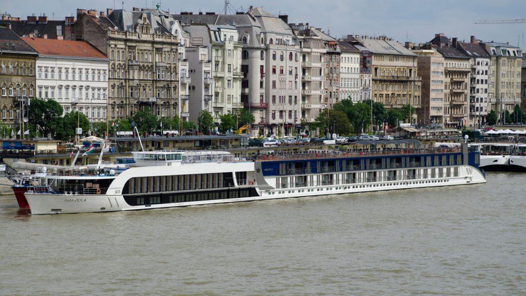 Bisher setzt AmaWaterways auf klassische Bauformen, wie hier die AmaViola auf der Donau in Budapest. Foto: bergeest