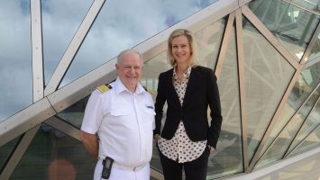 Mein Schiff 6 Kapitän Kjell Holm und TUI Cruises CEO Wybcke Meier vor dem Diamanten. © lenthe/touristik-foto.de