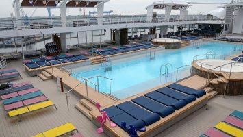Auf der Mein Schiff 6 gibt es wieder einen 25 Meter Pool. © lenthe/touristik-foto.de