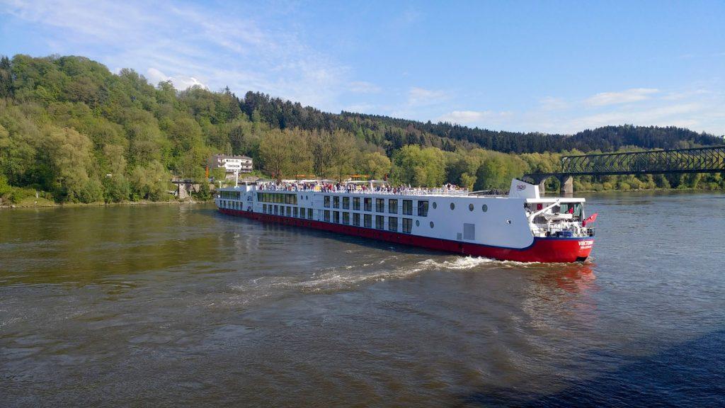 Die MS Viktoria legt ab und dreht auf der Donau. Foto: bergeest