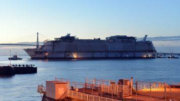Float Out der Symphony of the Seas. Nun hat das Schiff zum erste Mal Wasser unter dem Kiel. Foto: Royal Caribbean International