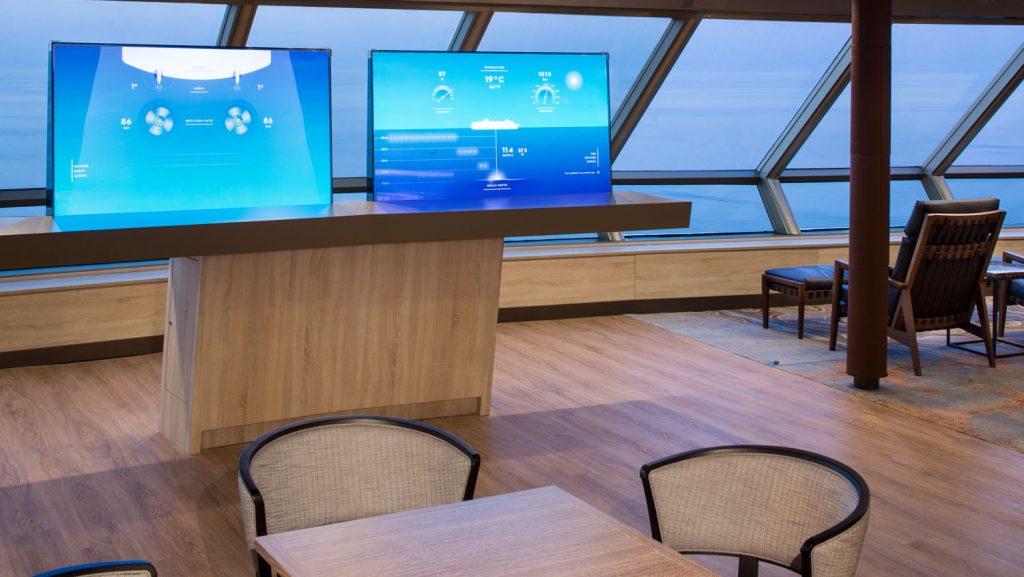 EXC Cafe im Crow's Nest mit Virtueller Brücke. Foto: Holland America Line