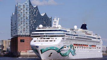 Die Norwegian Jade fährt auf ihrer Mini-Kreuzfahrt nach Hamburg. Foto: lenthe/touristik-foto.de