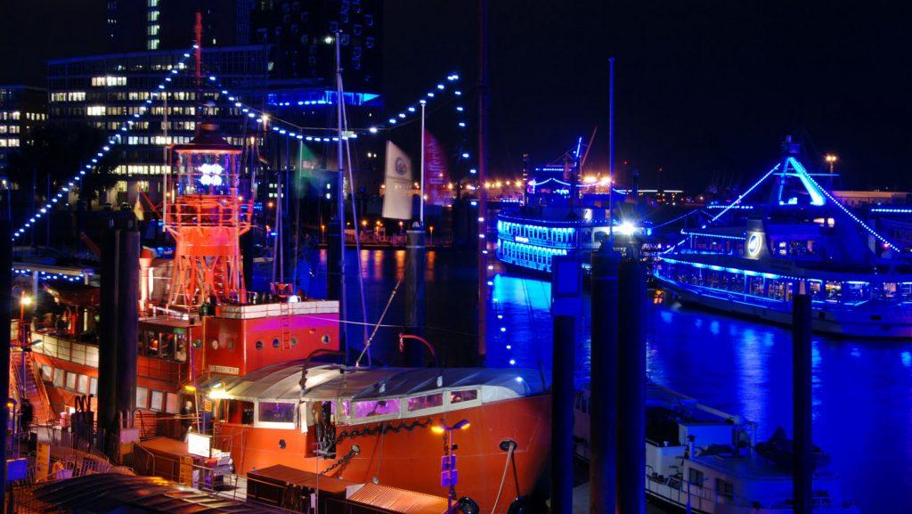 Während der Cruise Days werden viele markante Objekte im Hafen beleuchtet. Foto: bergeest
