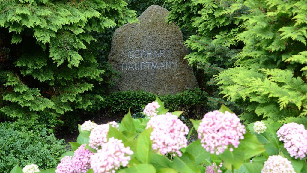 Im Ort Kloster auf Hiddensee ist der deutsche Schriftsteller Gerhart Hauptmann beerdigt. Foto: lenthe/touristik-foto.de