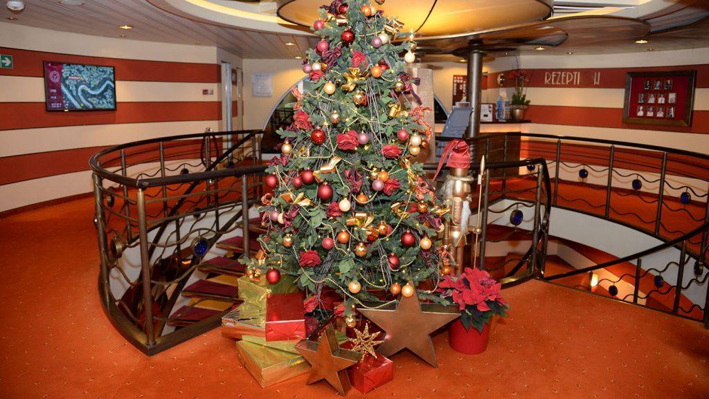 Weihnachtsbaum auf der A-Rosa Bella. Foto: André Lenthe