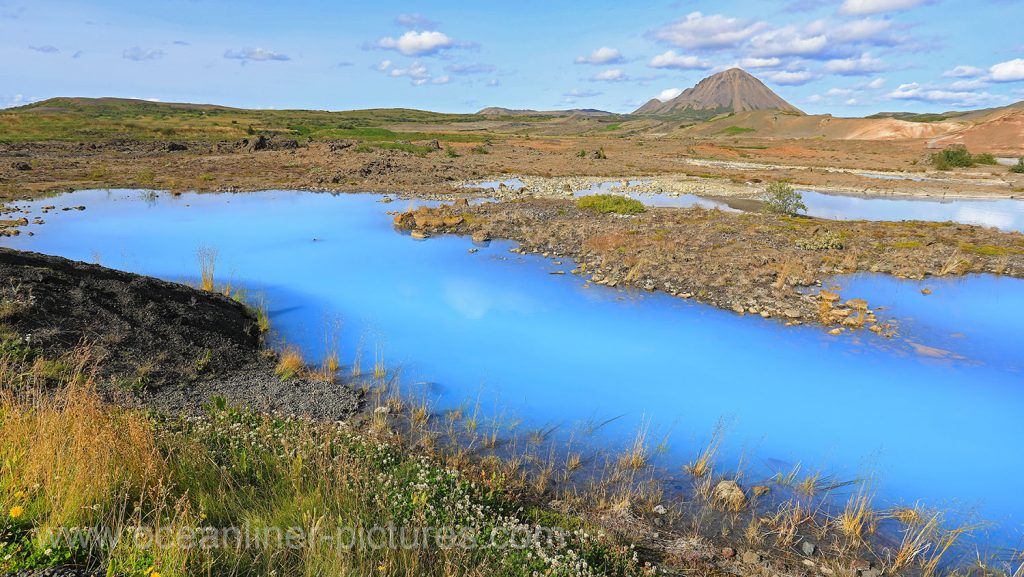 Blauer See mit Kieselalgen am Namafjall Vulkan auf Island. Foto: Oliver Asmussen/oceanliner-pictures.com