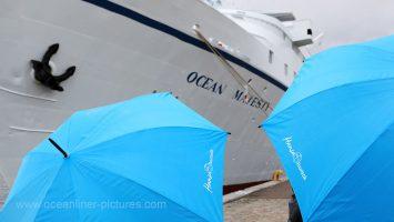 Hansa Touristik Regenschirme und MS Ocean Majesty. Foto: Oliver Asmussen/oceanliner-pictures.com