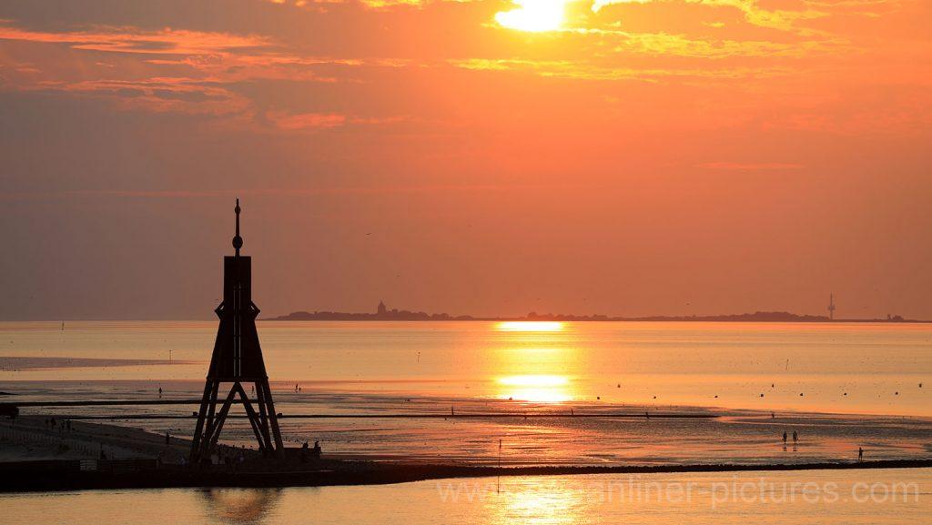 Kugelbake in Cuxhaven bei Sonnenuntergang. Foto: Oliver Asmussen/oceanliner-pictures.com