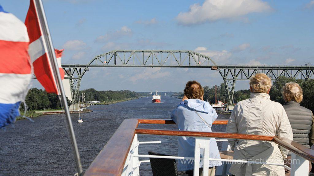 MS Ocean Majesty hinter Eisenbahnbrücke Hochdonn am Nord-Ostsee-Kanal. Foto: Oliver Asmussen/oceanliner-pictures.com