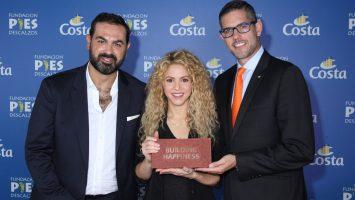 Shakira übernimmt den Grundstein für ihr Schulprojekt in Kolumbien von Neil Palomba (r) Präsenident von Costa Crociere und Luca Casaura_Costa Crociere Senior Vice President Global Startegic Marketing (l). Foto: Costa Crociere