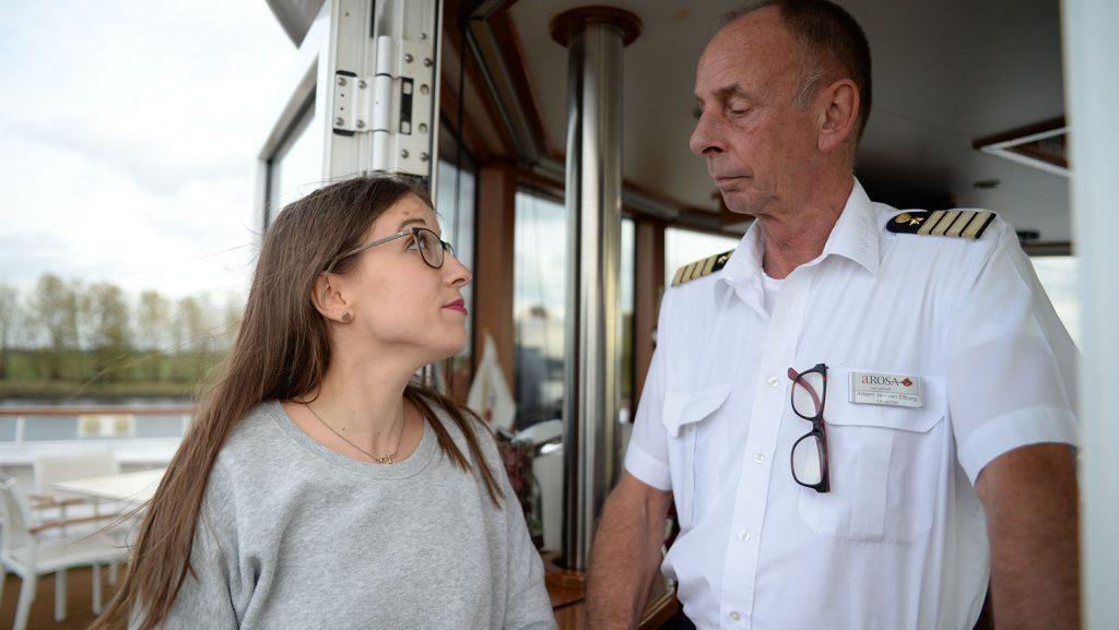 Knallharte Recherche: Anna-Maria fühlt A-Rosa Silva Kapitän Albert Jan van Elburg auf den Zahn. Foto: André Lenthe