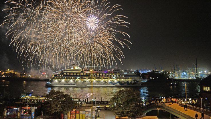 Die AIDAcara wird mit einem Feuerwerk auf Weltreise verabschiedet. Foto: André Lenthe