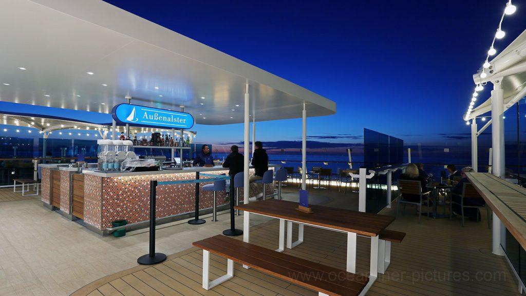 Mein Schiff 5 Außenalster Bar Blaue Stunde. Foto: Oliver Asmussen/oceanliner-pictures.com
