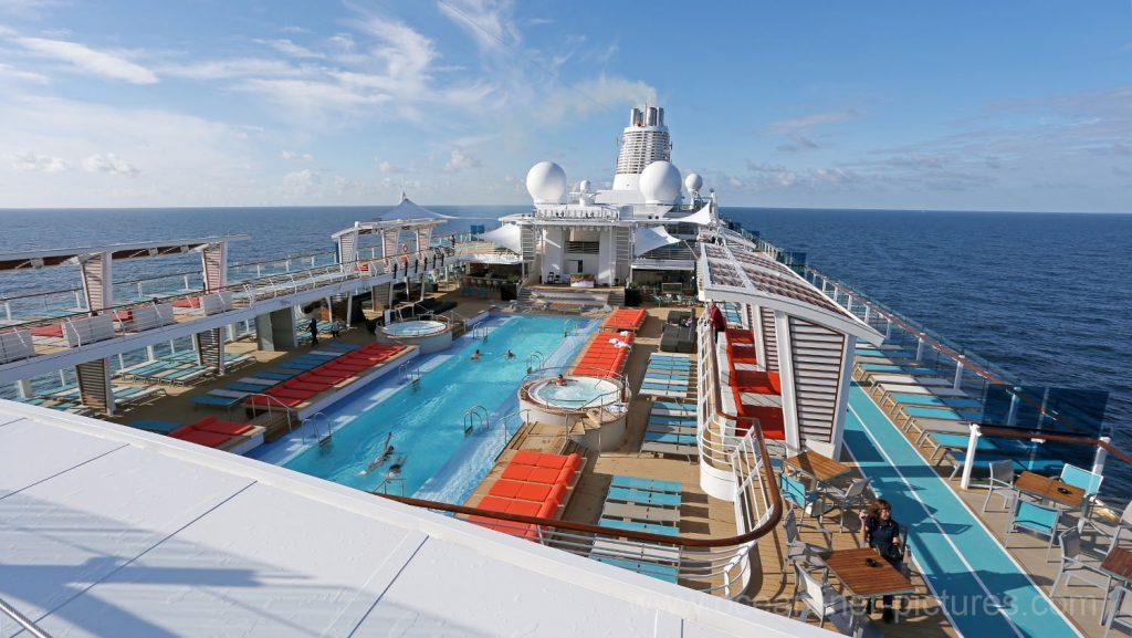 Mein Schiff 5 Sonnendeck und 25m Swimmingpool. Foto: Oliver Asmussen/oceanliner-pictures.com