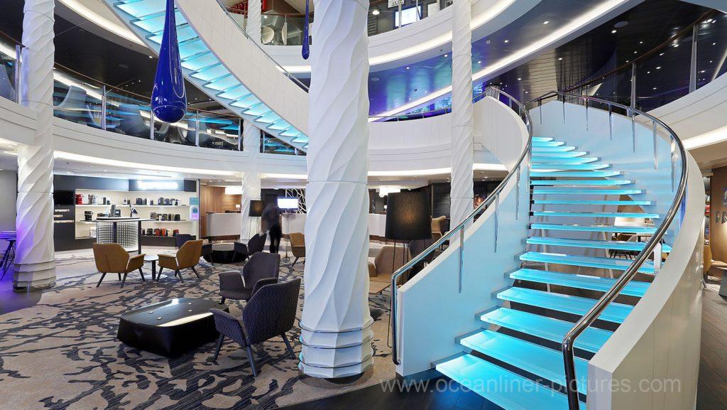 Mein Schiff 5 Treppenaufgang Nespresso Bar und TUI Bar. Foto: Oliver Asmussen/oceanliner-pictures.com